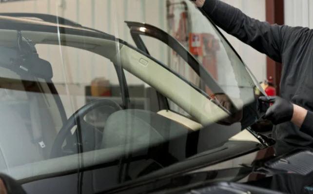 Comment la réparation d'un pare-brise de voiture vous protège